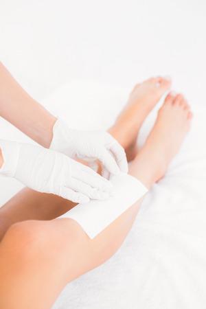 depilacion con cera: Mediados de secci�n de terapeuta mujer depilaci�n piernas al centro de spa Foto de archivo