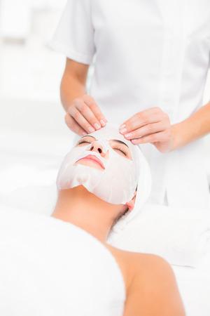 tratamiento facial: Hermosa morena conseguir un tratamiento facial en el spa Foto de archivo