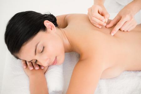 Pretty woman in einer Akupunktur-Therapie in der Wellness-