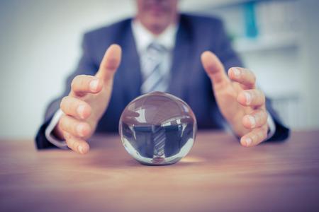 magie: Homme d'affaires pr�vision d'une boule de cristal dans le bureau