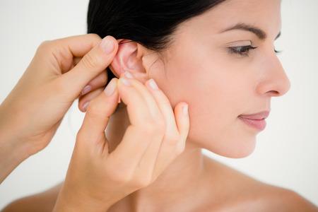 masaje: Mujer bonita en una terapia de acupuntura en el balneario de la salud Foto de archivo