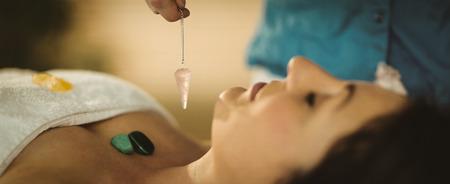 Jonge vrouw bij kristal healing sessie therapieruimte