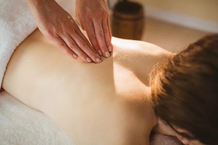 massage: Jeune femme obtenant un massage dans la chambre de traitement