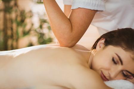 masajes relajacion: Joven mujer recibiendo un masaje en la habitación de la terapia Foto de archivo