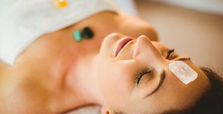 치료 방에 크리스탈 치유 세션에서 젊은 여자 스톡 콘텐츠