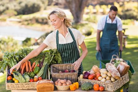 granjero: Mujer del granjero ordenar una tabla de comida local en el mercado local Foto de archivo