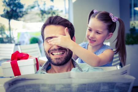sorpresa: Hija ofreciendo su presente a su padre en el café