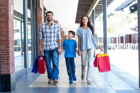 centro comercial: Retrato de una familia con bolsas de compras en el centro comercial