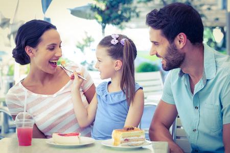 Una familia comiendo en el restaurante en un día soleado Foto de archivo - 42427241
