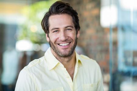portrét: Portrét usmívající se muž v nákupním středisku