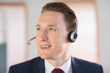 call center agent: Felice agente di call center che lavora nel suo ufficio