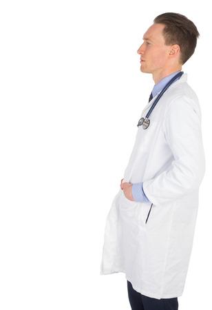 profil: Profil widok lekarza z rękami w kieszeni na białym tle