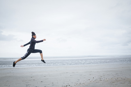 frio: Muchacha apta que se resuelve en d�as de fr�o en la playa