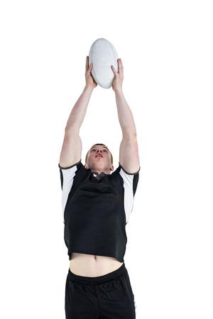 pelota rugby: El jugador de rugby atrapar una pelota de rugby en un fondo blanco