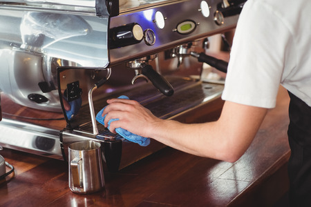 Barista limpieza de la máquina de café en la cafetería Foto de archivo - 42433617