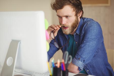empresas: Inconformista enfocada trabajando en su escritorio en su oficina