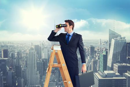 Geschäftsmann auf einer Leiter gegen sonnigen Blick auf die Stadt