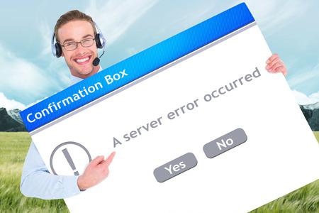 confirmacion: El hombre de negocios que muestra la tarjeta usando auriculares contra el cuadro de confirmación