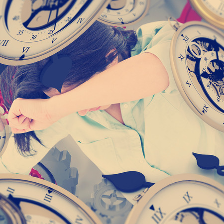 desolaci�n: Mujer triste que se sienta en el suelo y que oculta su cara contra la vi�eta gris Foto de archivo
