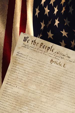 independencia: Generada digitalmente bandera americana ondeando contra la declaración de independencia