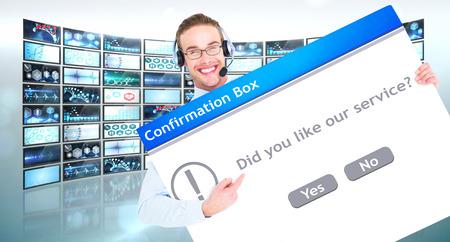 confirmacion: El hombre de negocios que muestra la tarjeta usando auriculares contra el cuadro de confirmaci�n