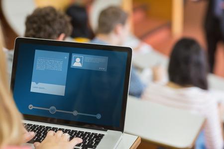 maestro: Interfaz Web site contra mujeres usando la computadora port�til con los estudiantes y profesores en sala de conferencias Foto de archivo