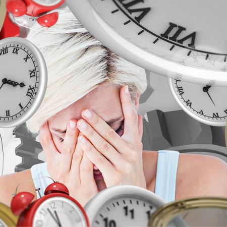 desolaci�n: Mujer rubia triste llorando con la cabeza en las manos contra vi�eta gris