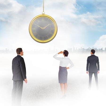 mujer mirando el horizonte: hombre de negocios de Asia contra la gran ciudad en el horizonte