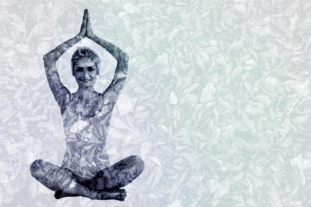 manos unidas: Mujer joven virada sentado con las manos juntas sobre la cabeza contra el detalle de tiro de hojas secas Foto de archivo