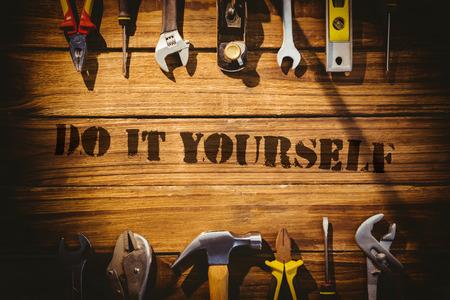 Het woord doe het zelf tegen bureau met gereedschap