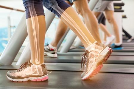 skeleton man: Digital-Zusammensetzung der Hervorgehobene Knöchel der Frau auf Laufband