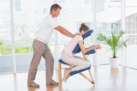 医療事務に背中のマッサージを持つ女性