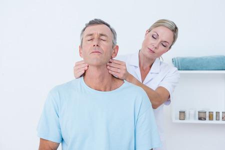 Doctor doet nek aanpassing in medische kantoor