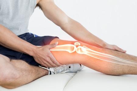 piernas hombre: Compuesto de Digitaces de la rodilla destacada del hombre herido Foto de archivo
