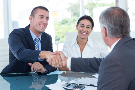 ビジネス パートナーのオフィスで握手