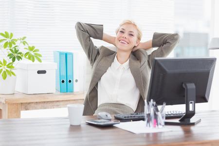 femme blonde: Sourire d'affaires regardant la cam�ra dans son bureau