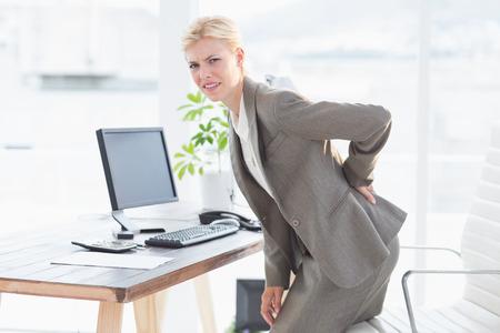 dolor espalda: Empresaria triste tener dolor en su back office