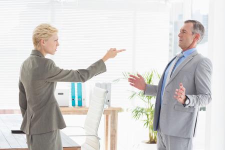 patron: Empresaria que da a su jefe en una oficina Foto de archivo
