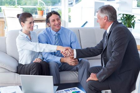 Paar in de ontmoeting met een financieel adviseur in de woonkamer Stockfoto