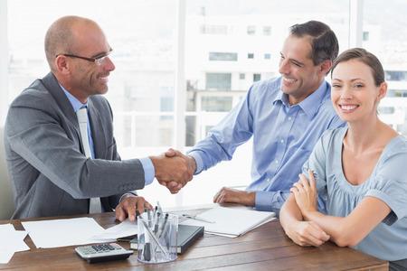 dando la mano: El hombre de negocios dando la mano a un compañero de trabajo en una oficina Foto de archivo