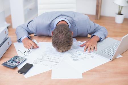 contabilidad: El hombre de negocios está deprimido por lo que representa en su oficina