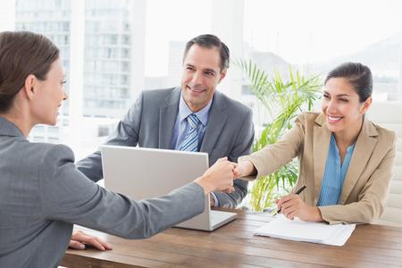 entrevista: La gente de negocios que llevan a cabo una entrevista en una oficina Foto de archivo