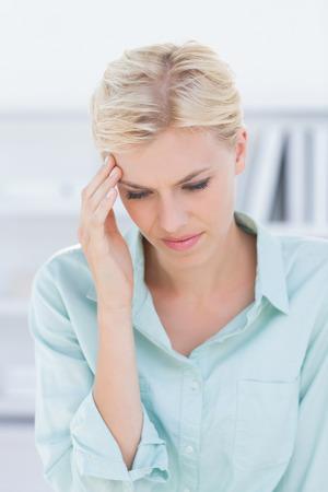 cabeza femenina: Paciente con dolor de cabeza en el consultorio médico Foto de archivo