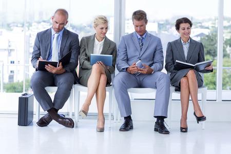 entrevista: La gente de negocios a la espera de ser llamados a la entrevista en la oficina Foto de archivo