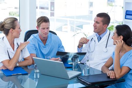 equipos medicos: Equipo de médicos que tienen una reunión en la oficina médica Foto de archivo
