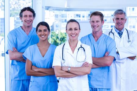 Medisch team lachen naar de camera samen in het ziekenhuis Stockfoto
