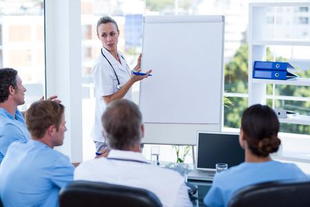 equipos medicos: Equipo de médicos que tienen sesión de brainstorming en la sala de reuniones Foto de archivo