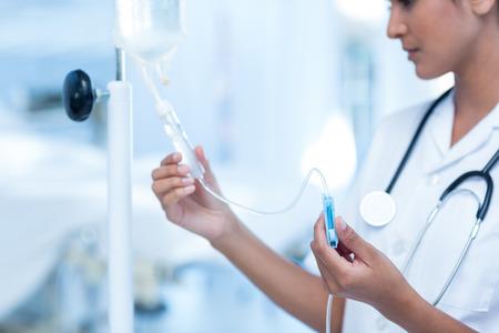 enfermera: Enfermera conectar un goteo intravenoso en la habitación del hospital