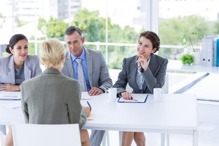 entrevista de trabajo: Panel Entrevista escuchando al solicitante en la oficina Foto de archivo