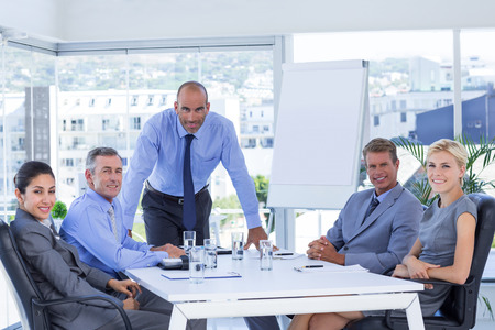 オフィスでカメラを見て幸せなビジネス人々